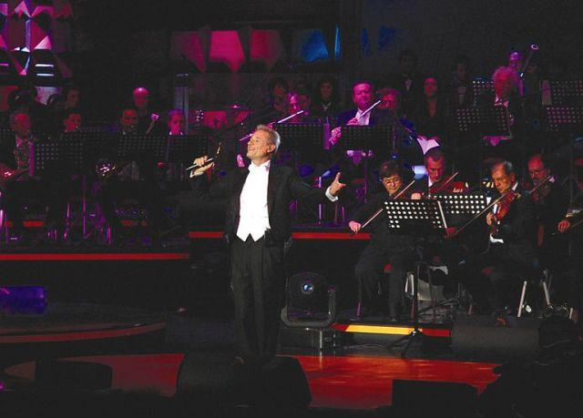 Amedeo Minghi al Teatro Puccini: torna dopo anni di assenza con un live che ripercorrerà tutti i maggiori successi della sua carriera