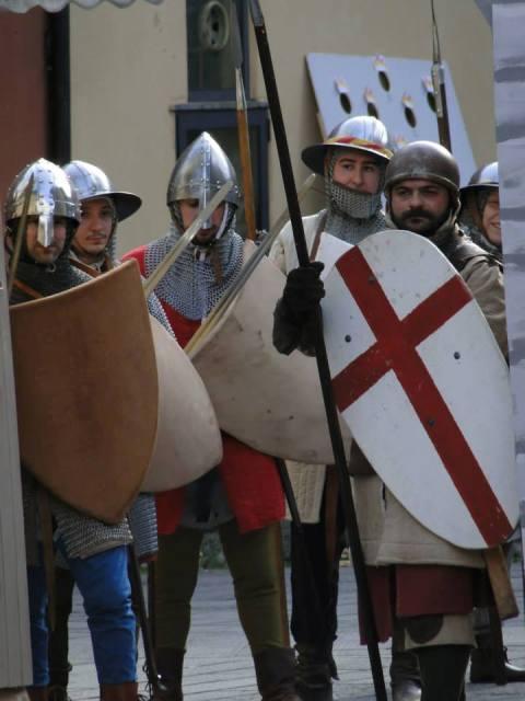 Atmosfere medievali nel cortile del Castello dell'Imperatore per una giornata di festa in compagnia di fanti, cavalieri e balestrieri