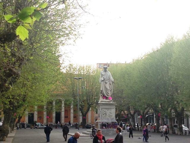 Piazza XX Settembre si apre al vintage, allo street food e ai fiori