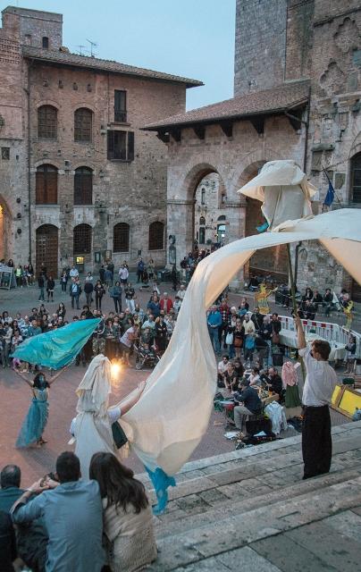 Nottilucente, la festa della cultura tra concerti, performance, djset, musicisti, scrittori, letture, dibattiti, visite ai musei