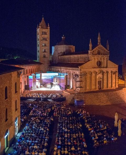 Lirica in Piazza spettacoli di Verdi, Bizet, Puccini e Mascagni tra tradizione e innovazione a Massa Marittima