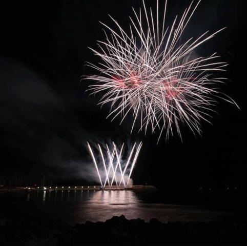 Pisa fuochi d 39 artificio al bagno degli americani a tirrenia tempo libero toscana eventi - Bagno degli americani tirrenia ...