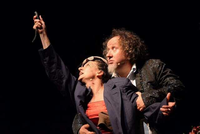 Romeo e Giulietta stanno bene! con Andrea Kaemmerle, Anna Di Maggio, Silvia Rubes nel cortile della chiesa di Guamo