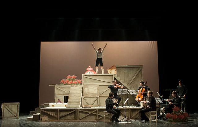 Le Favole al telefono spettacolo di prosa e musica che conquista grandi e piccini al Teatro Puccini