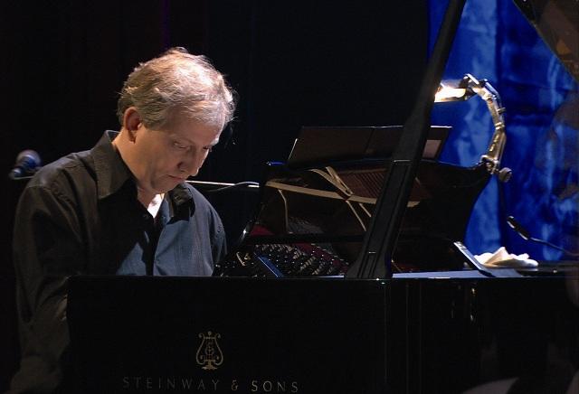 Wim Mertens, tra spirito classico e sensibilità contemporanea in concerto nel Chiostro del Carmine